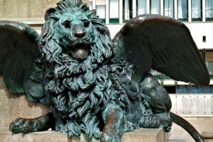 a lion statue in Venice to see when traveling to Venice with kids